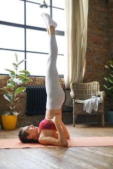 Fitness em casa, menina se exercitando