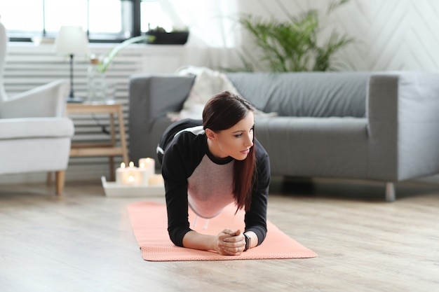 Fitness em casa, mulher exercitando