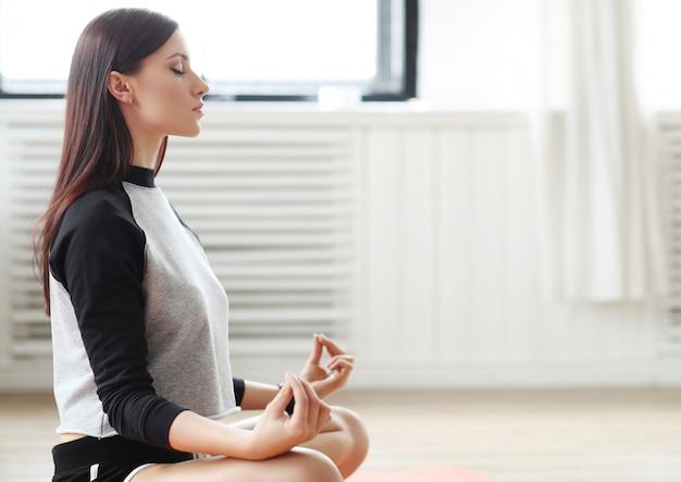 Fitness em casa, mulher meditando