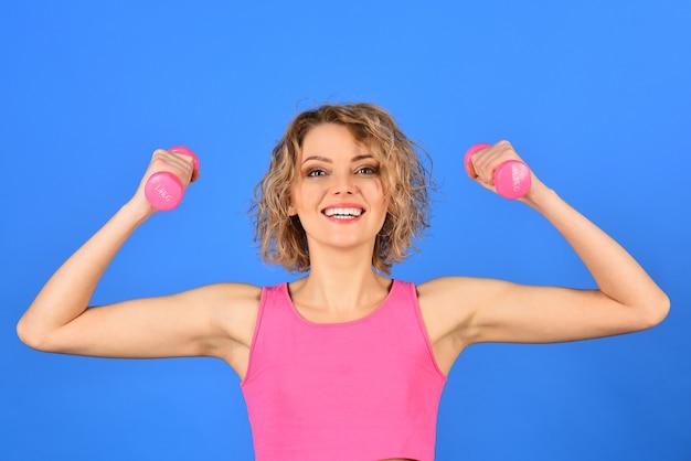 Fitness girl bela fitness mulher com levantamento de halteres mulher esportiva atlética ativa com