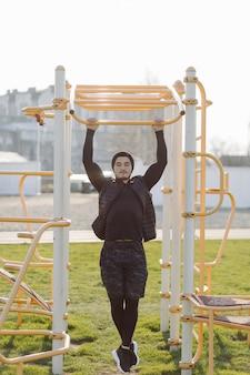 Fitness homem treinamento ao ar livre vida ativo saudável