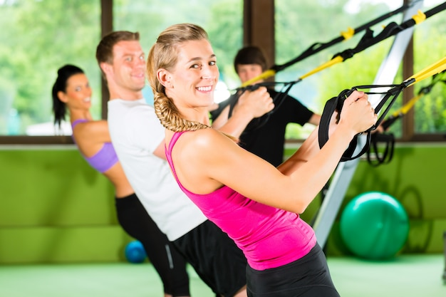 Fitness - leute beim treino em suspensão