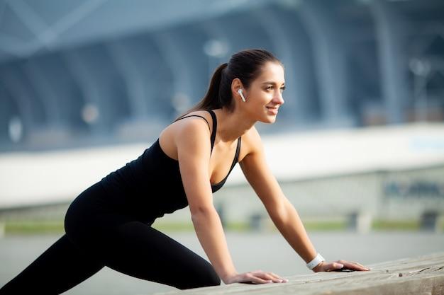Fitness, linda garota com músculos perfeitos