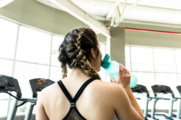 Fitness menina bebendo água