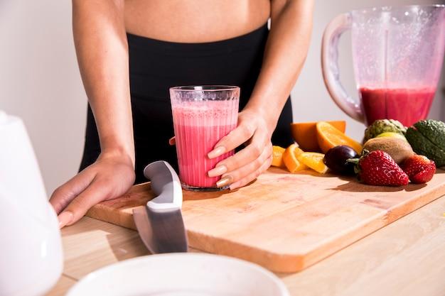 Fitness mulher bebendo um suco de desintoxicação