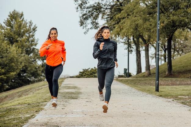Fitness mulher correndo ao ar livre na cidade
