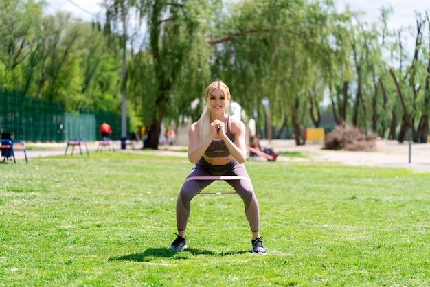 Fitness mulher fazendo agachamentos