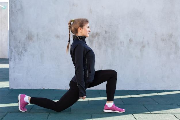 Fitness mulher fazendo alongamento