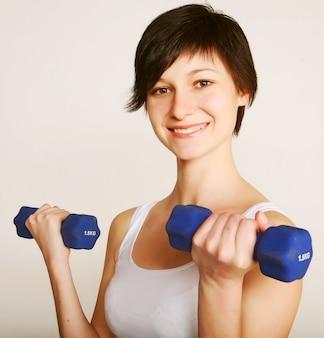 Fitness mulher levantando pesos