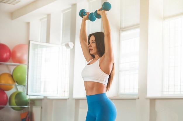 Fitness mulher segurando halteres