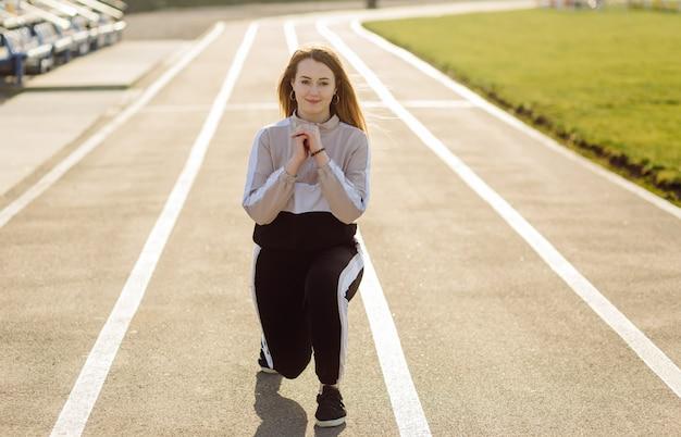 Fitness mulher treinando ao ar livre, vivendo ativo saudável