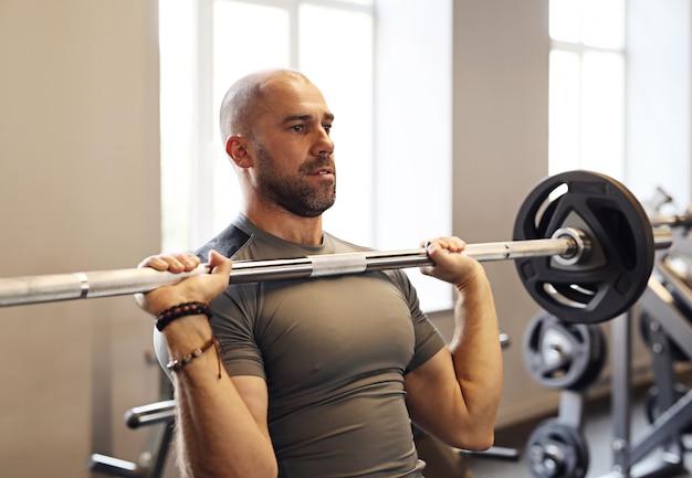 Fitness no ginásio, levantamento de peso