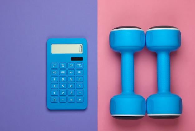 Fitness, perda de peso ainda vida. contagem de calorias. calculadora e halteres em rosa roxo. minimalismo. postura plana