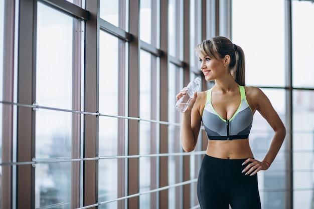 Fitness senhora bebendo água