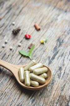 Fitoterapia em cápsulas com erva orgânica para uma alimentação saudável