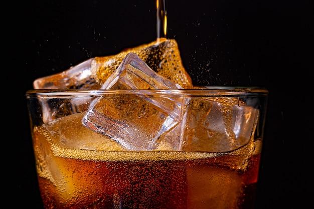 Fizz com água de cola com gás e refrigerante borbulhante com cubos de gelo.