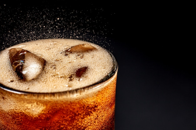 Fizz espumante cola água refrescante borbulhante soda pop com cubos de gelo. cola de refrigerante gelada carbonatada líquido fresco e fresco gelado em um copo. refrescante e sacie o conceito de sede.