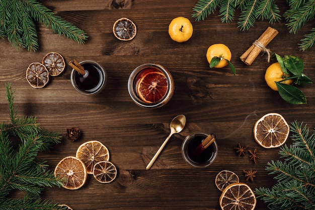Flalay de vinho quente em copos no fundo de madeira