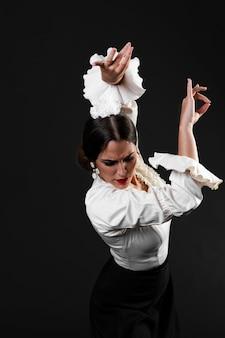 Flamenca com os braços para cima olhando para baixo