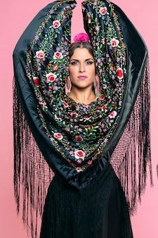 Flamenca com xale de manila preto