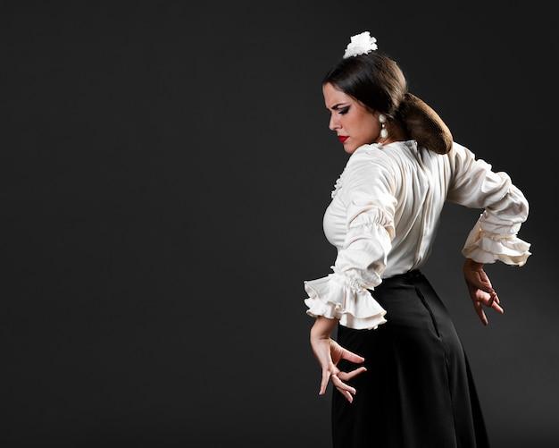 Flamenca dançando com os olhos fechados