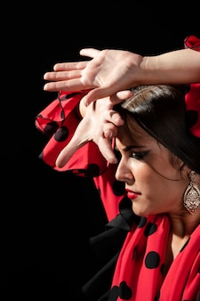 Flamenca realizando floreo olhando para baixo