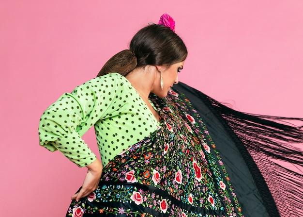 Flamenca segurando graciosamente um xale de manila