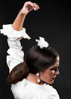 Flamenca vista traseira com a mão para cima