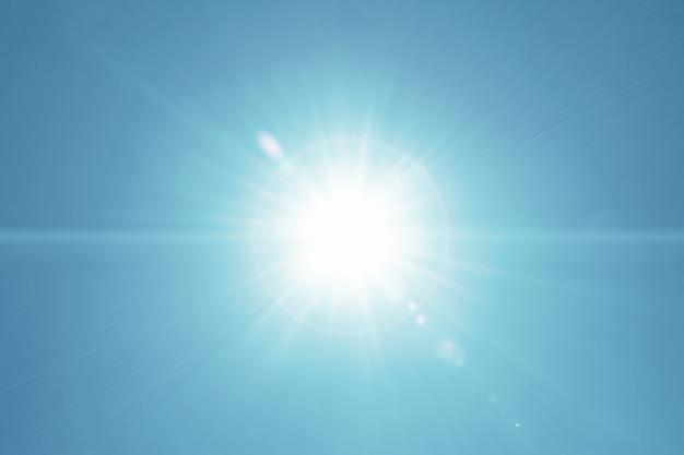 Flare de lente de movimento de luz solar em claro sobre fundo de céu azul real