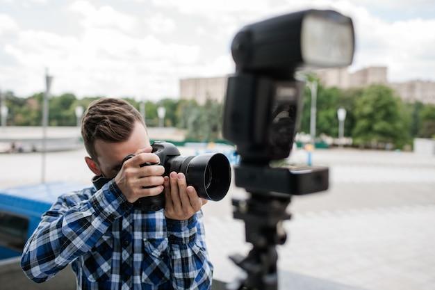 Flash de câmera de equipamento de fotografia. fotógrafo de bastidores
