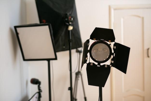 Flash de estúdio de fotografia em um suporte de iluminação em fundo branco com lâmpada. equipamentos profissionais como monobloco ou monolight.