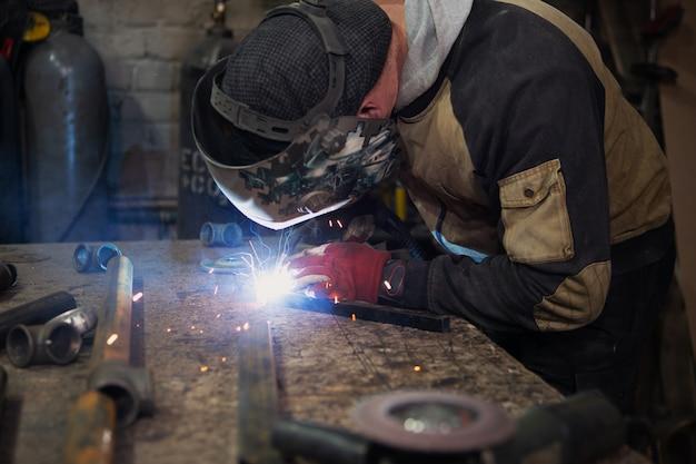 Flash de luz brilhante da máquina de solda enquanto o soldador está trabalhando
