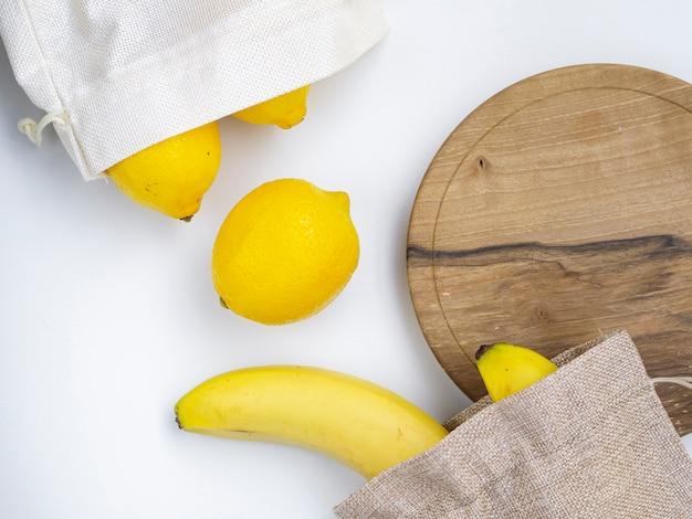 Flat lay arrangement com frutas e tábua de corte