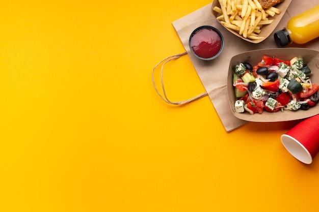 Flat lay arranjo com caixa de salada e molho