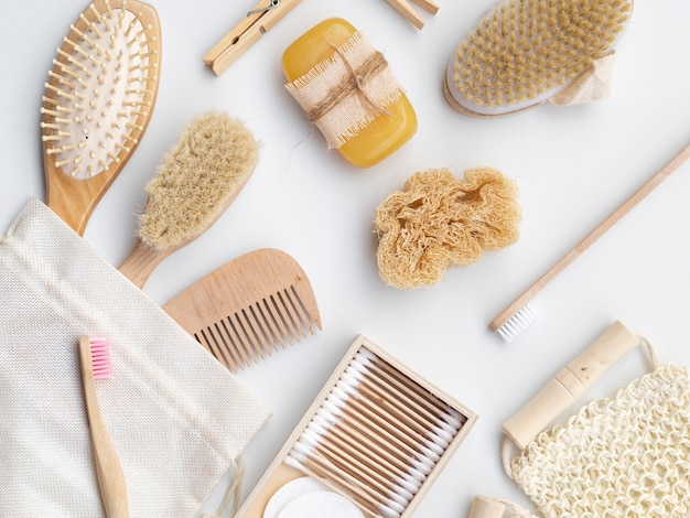 Flat lay arranjo com sabão, esponja e escovas