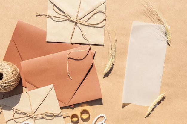 Flat lay arranjo criativo com convites de casamento