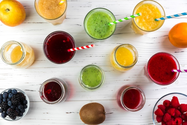 Flat lay arranjo de diferentes smoothies