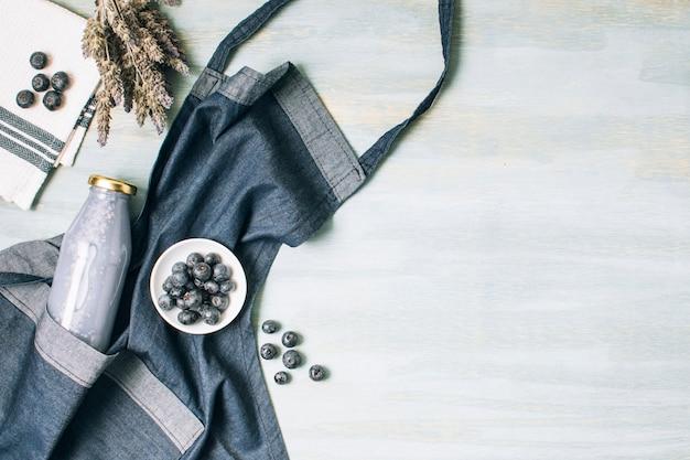 Flat lay blue smoothie e avental com espaço de cópia