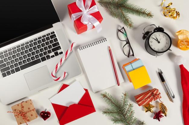 Flat lay christmas decoration escritório no local de trabalho