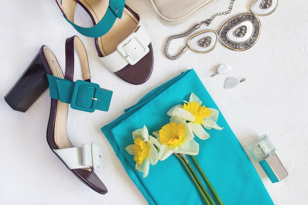Flat lay colagem de sapatos e acessórios femininos. beauty and fashi