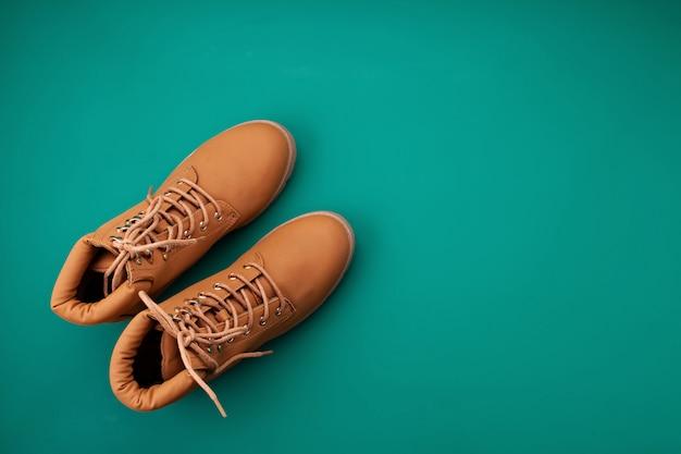 Flat lay com botas de conforto para o tempo frio.