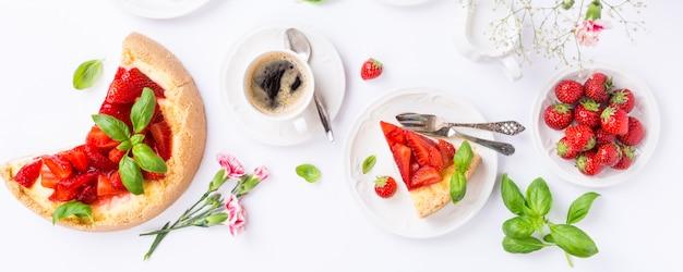 Flat lay com cheesecake de morango