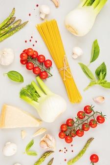Flat lay com diferentes tipos de macarrão tradicional italiano espaguete e ingredientes de cozinha. conceito tradicional da culinária italiana