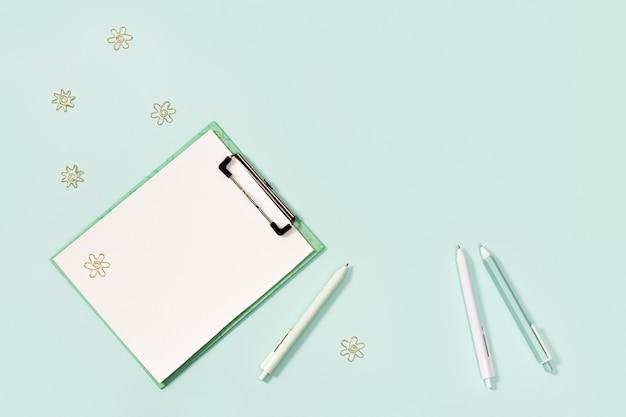 Flat lay com mock-up notebook e papelaria para escola ou escritório
