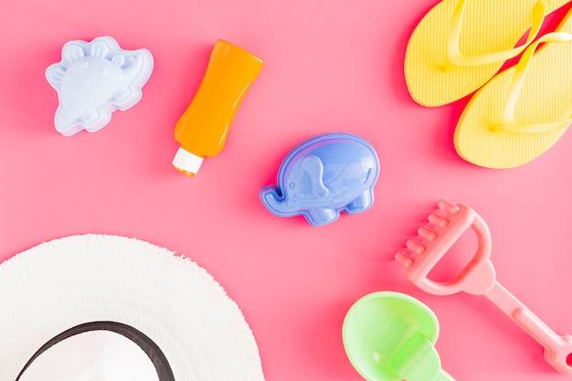 Flat lay de brinquedos e acessórios de plástico
