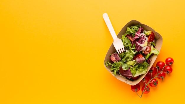 Flat lay de caixa de salada de frescura