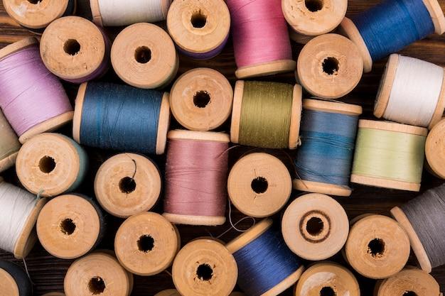 Flat lay de carretéis de linha colorida