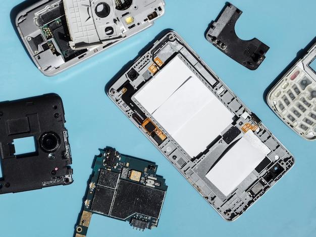 Flat lay de componentes de telefones