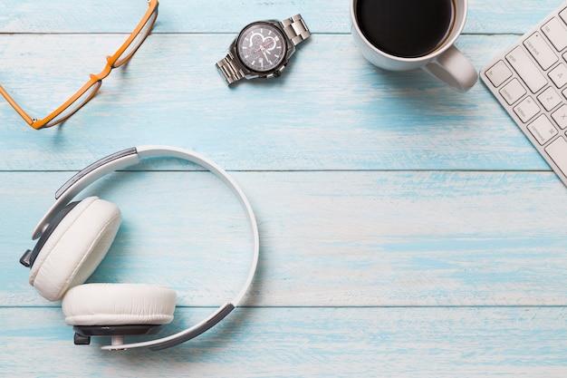 Flat lay de espaço de trabalho criativo com fones de ouvido