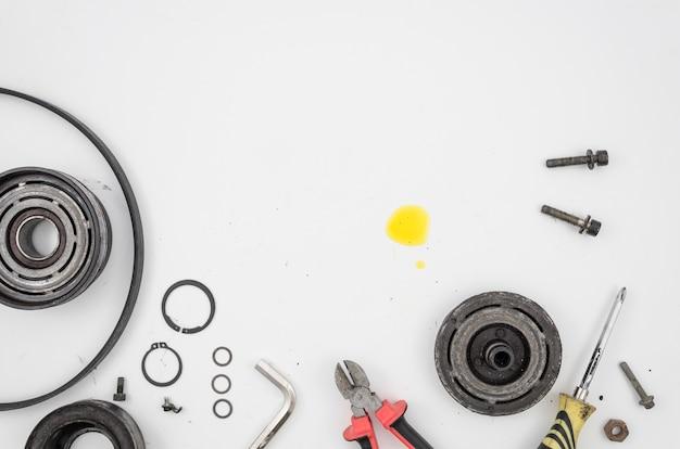 Flat lay de ferramentas e peças mecânicas